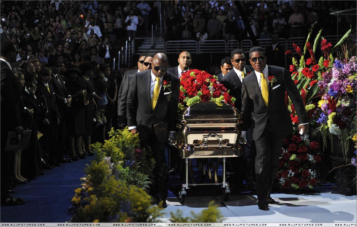 http://mjjgallery.free.fr/2009/memorial/andrea/007.jpg
