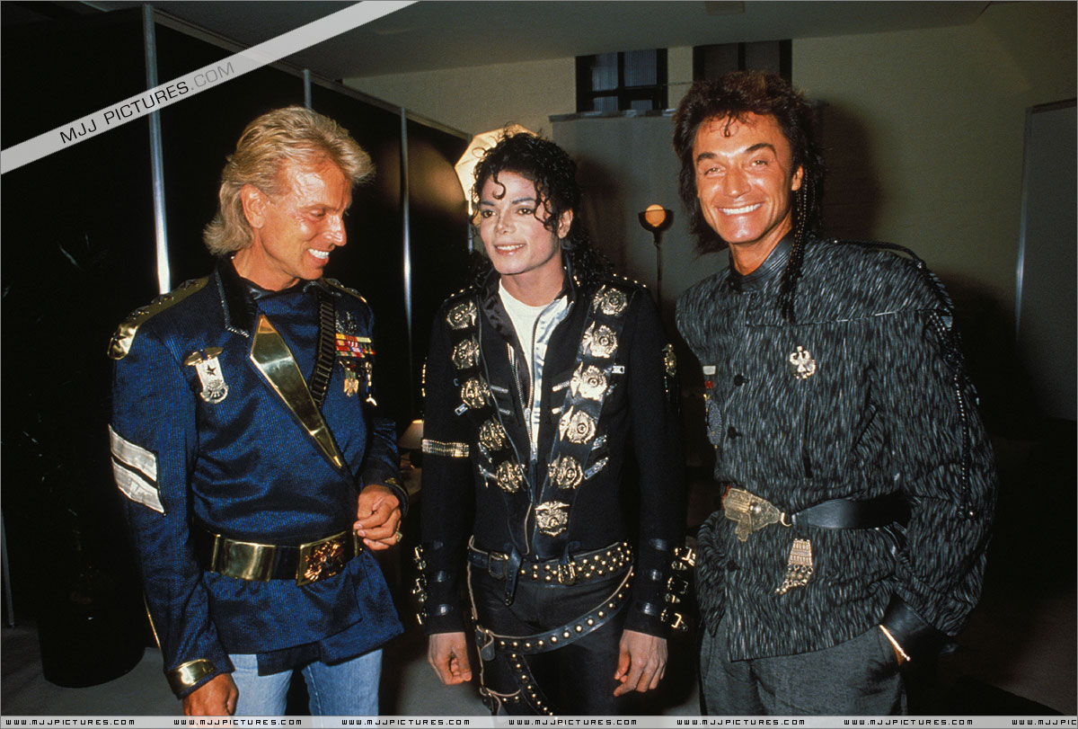 Michael meets Siegfried & Roy backstage before the concert. July 3, 88 in Cologne, Germany  001