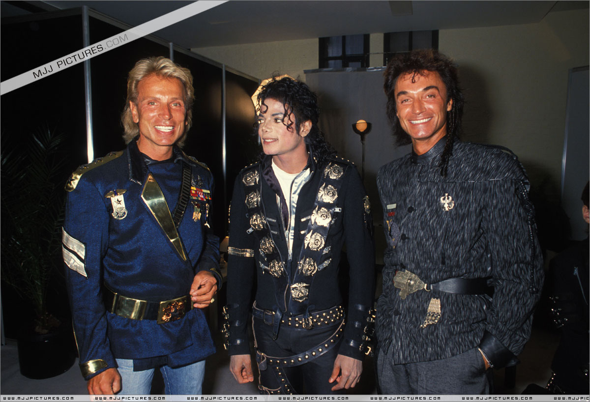 Michael meets Siegfried & Roy backstage before the concert. July 3, 88 in Cologne, Germany  002