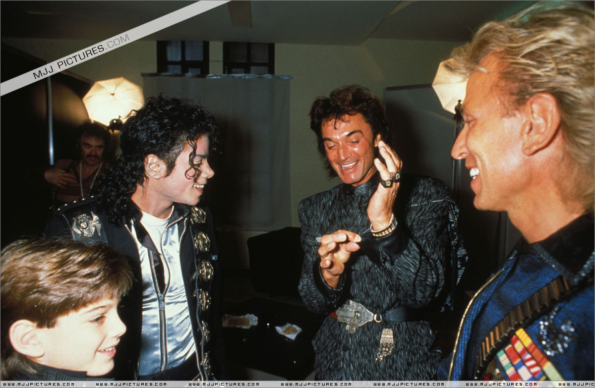 Michael meets Siegfried & Roy backstage before the concert. July 3, 88 in Cologne, Germany  003