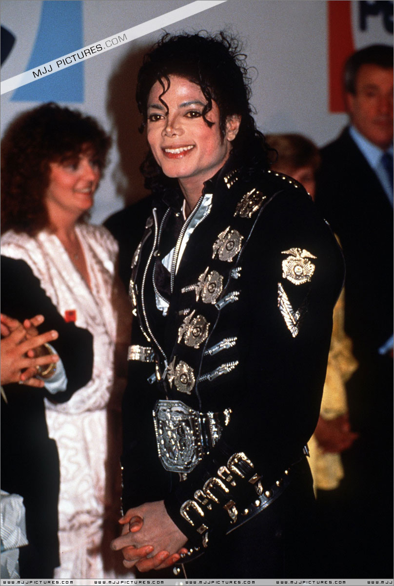 Michael meets Princess Diana & Prince Charles backstage before the concert.   001