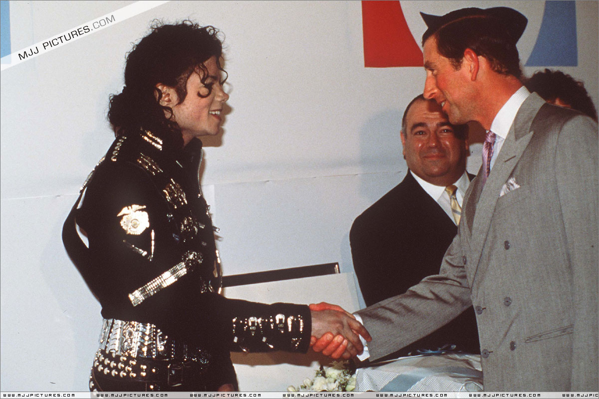 Michael meets Princess Diana & Prince Charles backstage before the concert.   003