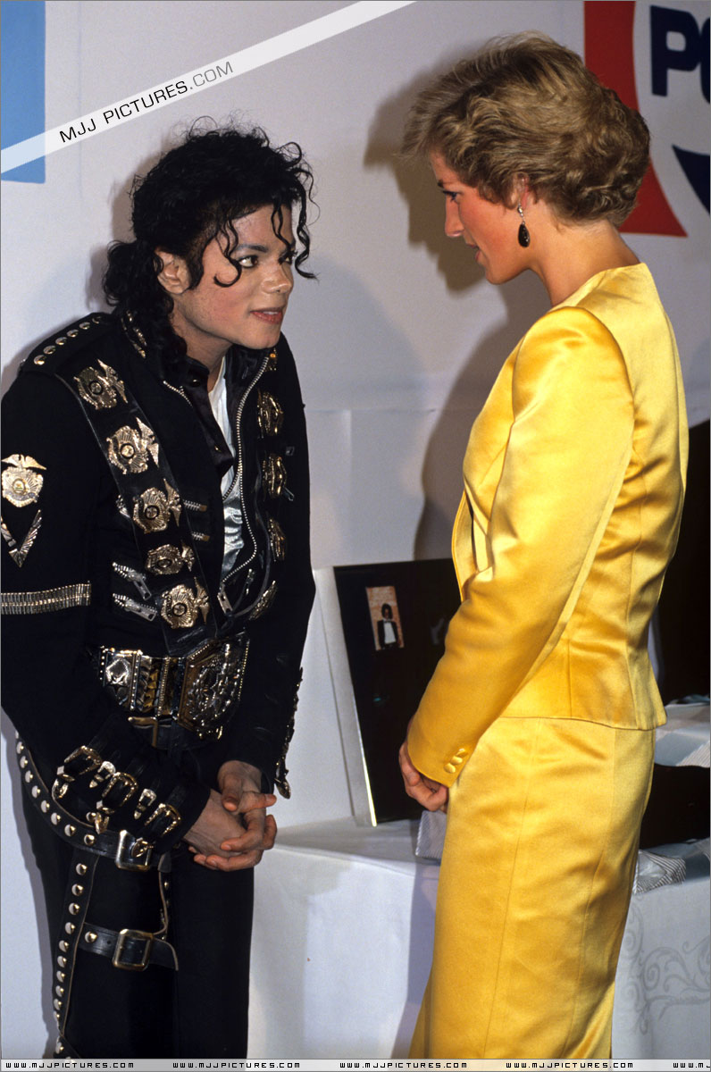 Michael meets Princess Diana & Prince Charles backstage before the concert.   005