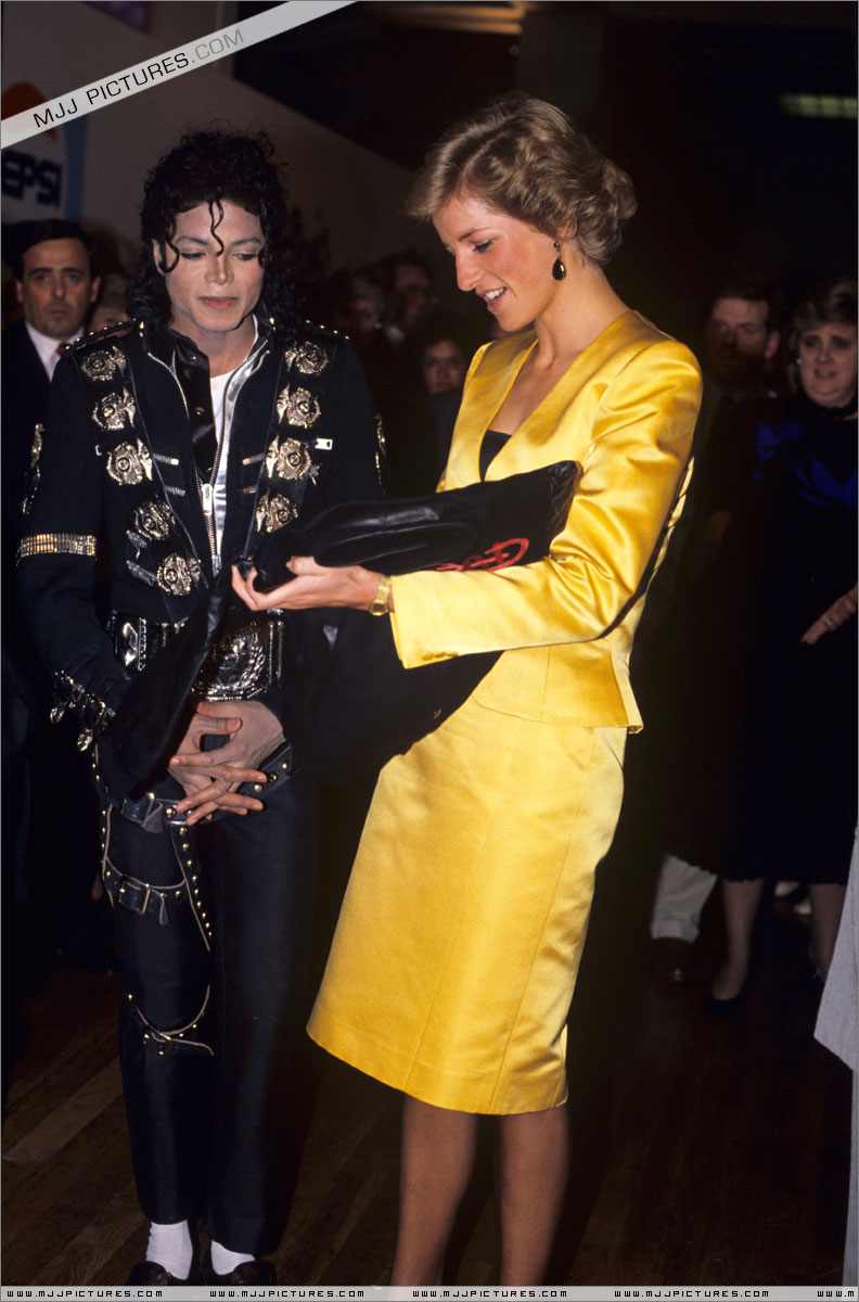 Michael meets Princess Diana & Prince Charles backstage before the concert.   008