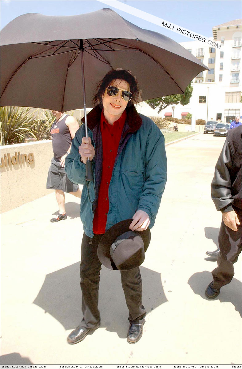 http://mjjgallery.free.fr/invincible/awards/bandstand/arriving/031.jpg